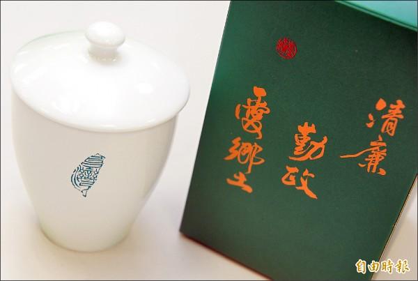 林佳穎為民進黨設計的杯子題字。(記者王藝菘攝)