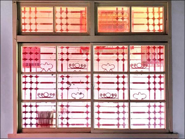 「聖女加大利納堂」鐵製窗花雕有類似皇冠的造型,相當特殊。(高基榮提供)