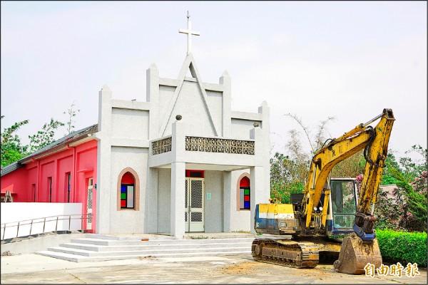 天主教嘉義縣大林鎮沙崙「聖女加大利納堂」 昨天起拆除。(記者曾迺強攝)