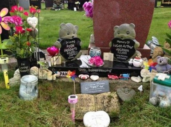 哈欽森為她的孩子佩奇和盧卡斯設墓碑。(圖擷自《Birmingham Live》)