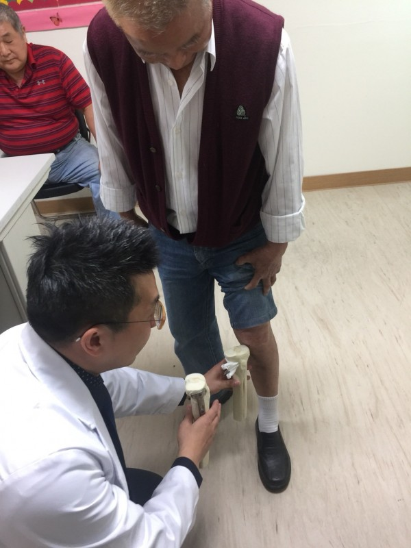 膝蓋痛不一定要換膝,高位脛骨截骨術治療,最快術後一個月就可復原。(員山分院提供)