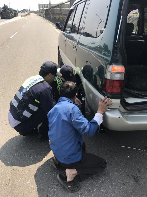 警方協助蔡姓男子更換備胎。(警方提供)