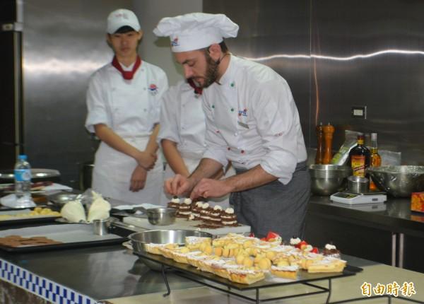 明台高中與義大利創新學院(CFIQ)合作,今天邀請義大利主廚亞歷山德羅.哈洛多提進行示範教學。(記者陳建志攝)