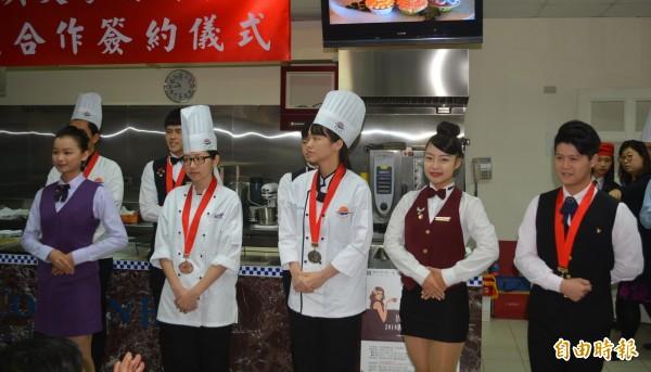 明台高中學生近年參與全國技藝競賽、亞洲青年刀工大賽、調酒、拖盤等比賽頻獲獎。(記者陳建志攝)