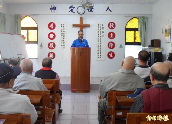 中彰榮家主任王正致詞表彰故榮民高達的善行義舉。(記者湯世名攝)