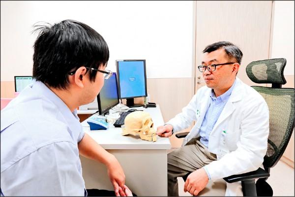 ▲醫師向患者解說治療方式;圖為情境照,圖中人物與本文無關。(照片提供/鄭旭棠)