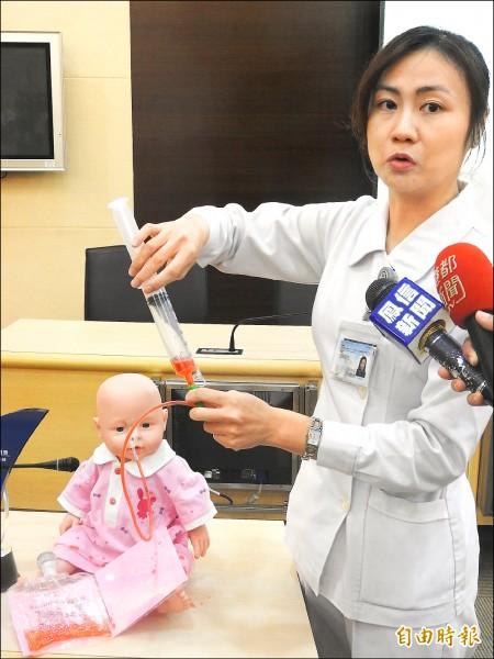 ▲護理師示範鼻胃管灌食,教導病患家屬或照護者正確照護技巧。(記者方志賢攝)