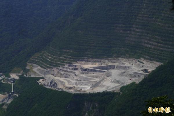 亞泥礦權展延案引發環保團體與原住民持續抗議。(記者王峻祺攝)