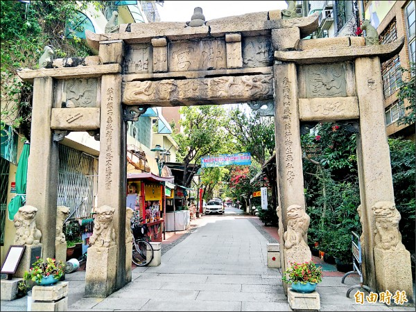 府中街定位為「文化商圈」,街上多是文創商店、手工藝品店,這個週末將歡慶第十六年街慶。(記者邱灝唐攝)