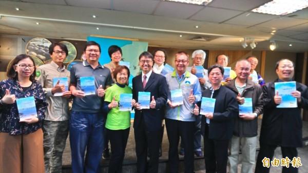 南市水利局與樹谷文化基金會共同發表「溯行鹽水溪II」(第2冊)新書,呼籲大家愛護水環境。(記者洪瑞琴攝)