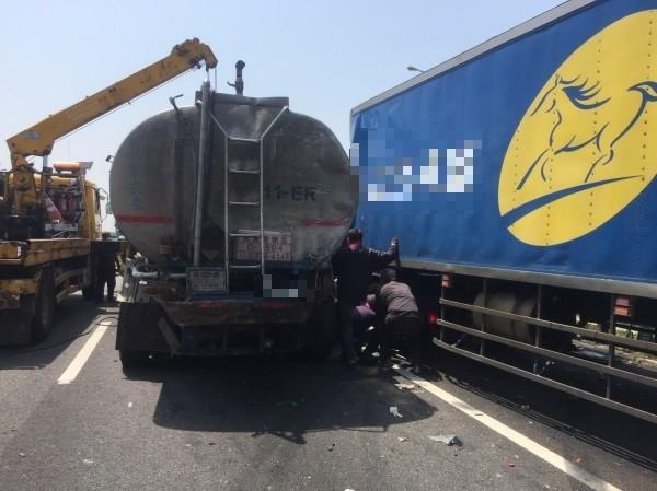 國道中山高彰化路段,接近中午發生油罐車、貨櫃車互撞的意外。(記者顏宏駿翻攝)