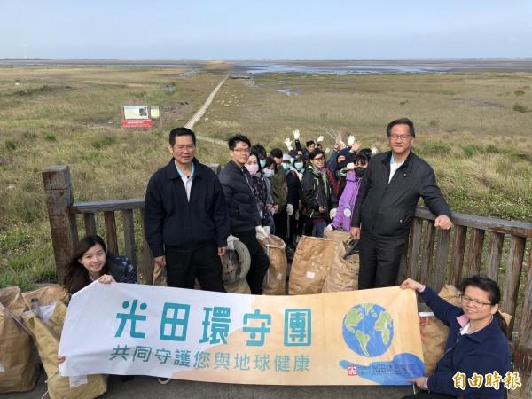 光田醫院響應322是世界水資源日,宣導珍惜水資源於高美濕地認養區舉行淨灘活動。(記者張軒哲攝)