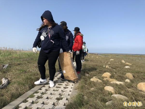 光田醫院響應322世界水資源日,宣導珍惜水資源於高美濕地認養區舉行淨灘活動。(記者張軒哲攝)