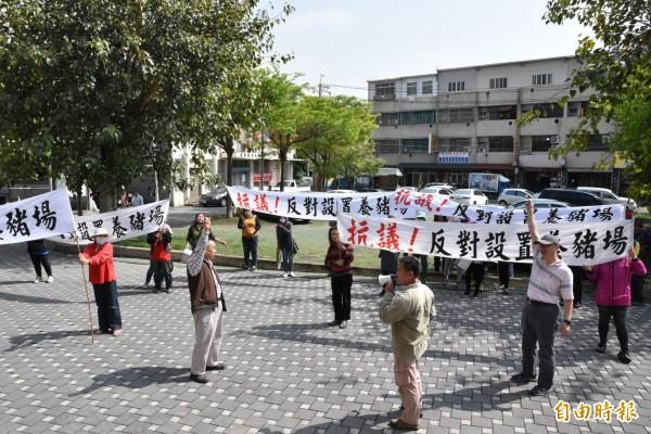反對養豬場設置,大埤鄉村民到鄉公所拉白布條抗議。(記者黃淑莉攝)