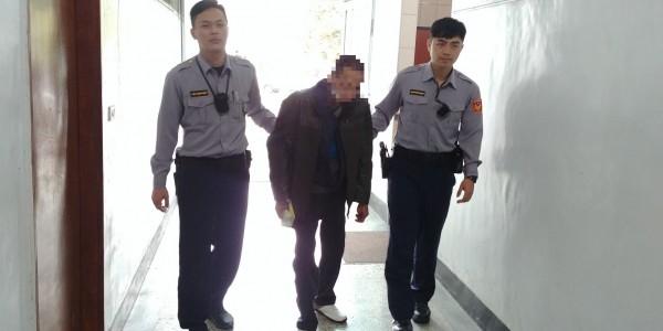 47歲鍾姓男子(中),被警方依照毒品及槍砲彈藥管制條例等罪嫌送辦。(圖由警方提供)