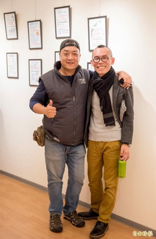 網紅手繪作家八耐舜子(左)和中壢在地抽像漫畫家米豆(右)是高中同學。(記者李容萍攝)