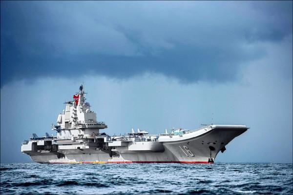 中國航空母艦「遼寧號」在三月廿日晚間八時進入我防空識別區,沿著台灣海峽中線以西海域向西南航行,並在昨日中午十二點卅分脫離我防空識別區。(法新社檔案照)