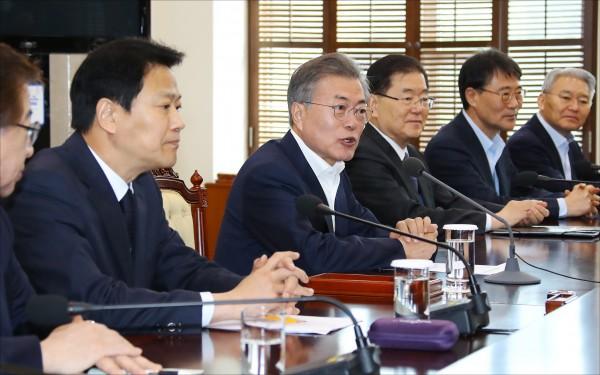 南韓總統文在寅廿一日釋出南、北韓可能與美國舉行三方高峰會的訊息。(美聯社)