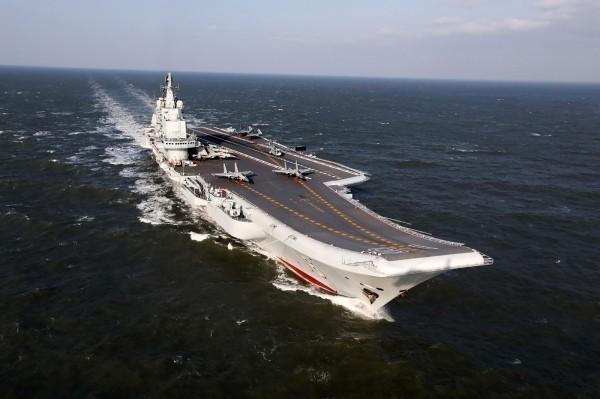 中國海軍航空母艦「遼寧號」再度進行跨區航訓,沿台灣海峽中線以西航行,國軍全程監控和掌握。(法新社)