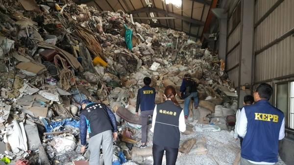 檢調人員驚見整座廠房被塞滿廢棄物。(記者蔡清華翻攝)