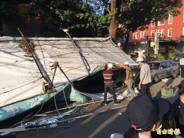 在優勢警力戒護下,台北市政府建管處雇請的工人拆除公投盟帳篷。(記者鄭鴻達攝)