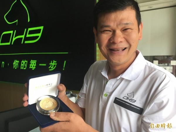 李東林為台灣體壇選手織專屬運動襪,與選手共享金牌。(記者顏宏駿攝)