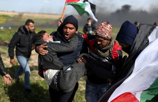 以色列近日以無人機施放催淚瓦斯,鎮壓巴勒斯坦抗議者。圖為巴勒斯坦抗議民眾。(路透)