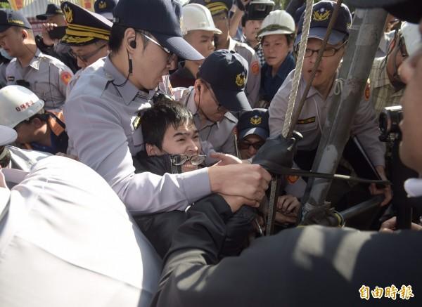 台北市政府建管處,今下午突派員前往立法院旁的公投盟帳篷,雙方爆發衝突。(記者黃耀徵攝)