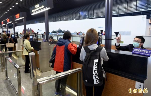 美方突破外交限制,初步敲定飛美航線將啟用境外通關措施,未來在台灣即可進行美國海關查驗、等同直接入境美國。(記者朱沛雄攝)