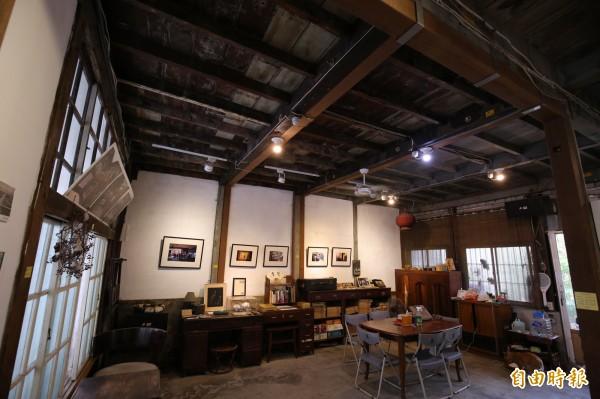 走進「打狗文史再興會社」,抬頭看樑柱天花板,保留了日治時期的木結構。(記者潘自強攝)