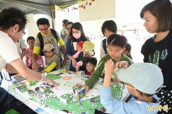 大小朋友在遊戲中學習、在玩樂中體驗,一起了解森林的奧秘與林業的故事。(記者張忠義攝)