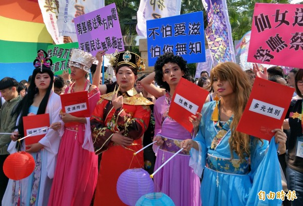 支持性別平權的市民與在地團體一同向外界展示「彩虹力量」。(記者邱灝唐攝)
