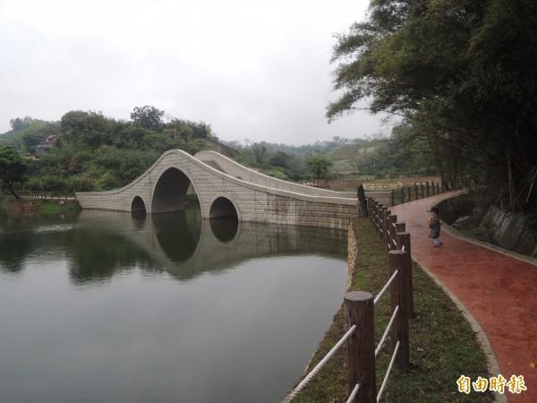 新竹縣寶山鄉油田村一處丘陵地生態農塘,獲18名熱心地主提供用地,農委會金援改善環境,興建一座造型典雅的拱橋,地方人稱為「小西湖」。(記者廖雪茹攝)