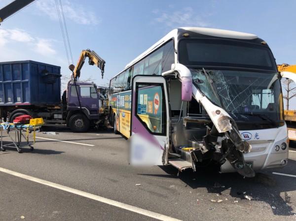 國光客運於國道一號發生追撞車禍,車上載有14名旅客。(高雄市消防局提供)