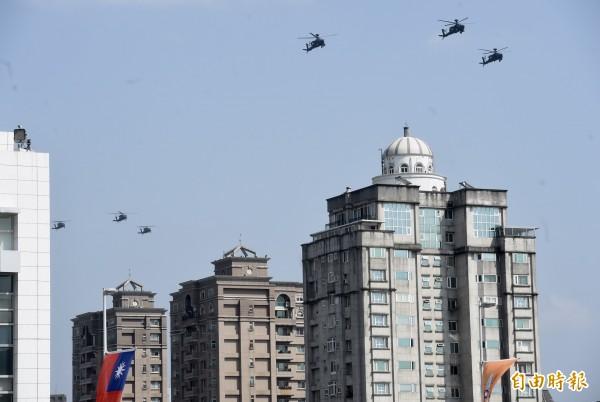 國防部今天舉行「107年全國高級中等學校學生創意愛國歌曲觀摩競賽」,陸航直升機空中編隊衝場。(記者簡榮豐攝)
