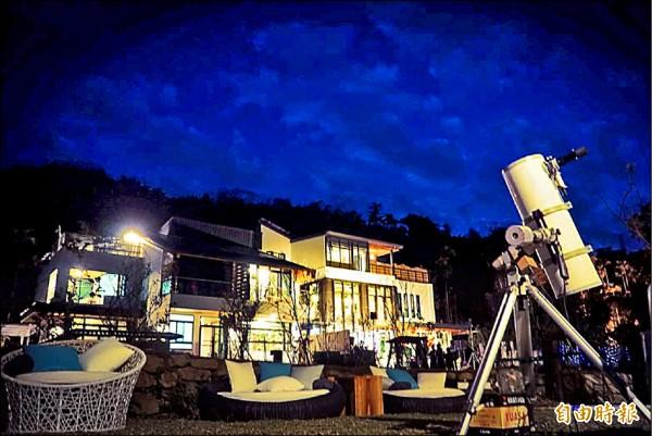 大小朋友可透過天文望遠鏡欣賞美麗星空。(記者佟振國攝)