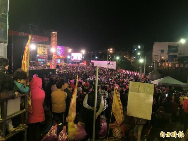 桃園龍德宮湧入好幾千名信徒。(記者魏瑾筠攝)