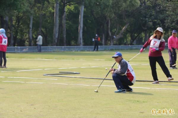 響應運動i台灣計畫,苗栗縣頭份槌球協會於竹南運動公園舉辦槌球比賽,吸引近20支隊伍參賽。(記者鄭名翔攝)