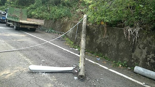 循邊坡爬上燈桿檢視燈具損壞狀況時,燈桿卻無預警倒塌,當時攀附燈桿的翁男從約3公尺的高度隨燈桿摔落地面。(民眾提供)