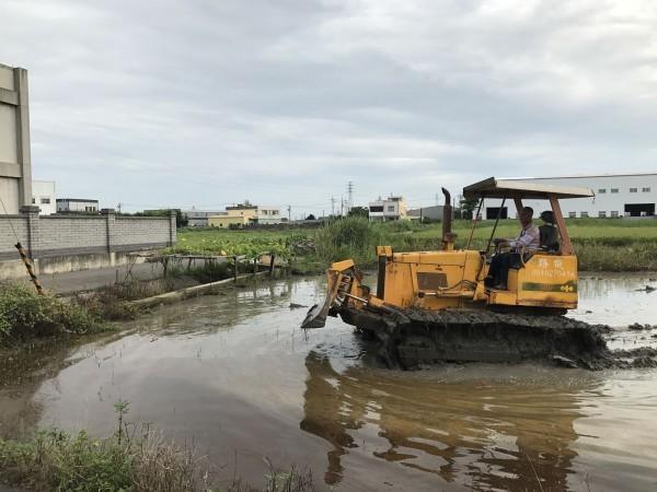 彰化縣環保局對整治污染農地,在解禁之前,進行推土機進場實作,確保土壤不會有沈陷之虞。(圖彰化縣環保局提供)
