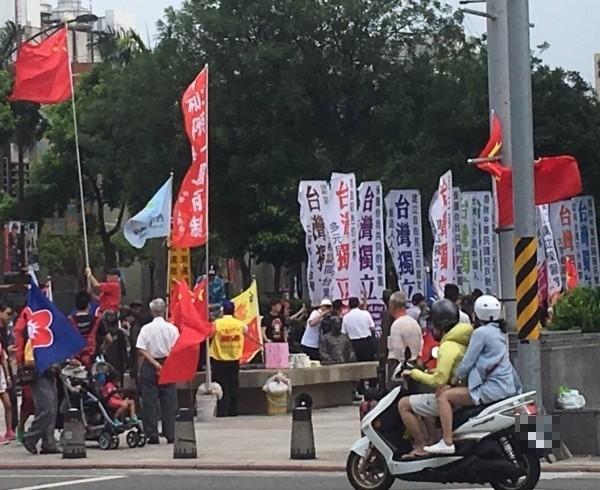 獨派團體「台灣獨立建國大旗隊」與統派團體「愛國同心會」經常在西門町一帶各自高舉旗幟,雙方政治理念不合,不時會短兵相接出現口角衝突。(資料照)