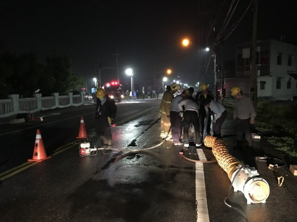 北港好收國小前雲155線道路昨天深夜甲烷外洩,相關單位人員到場處理。(北港鎮長張勝智提供)
