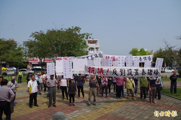 大埤鄉豐岡村民抗議養豬場設置。(記者林國賢攝)