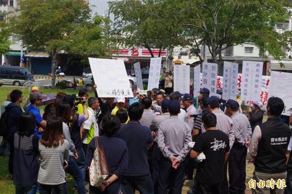 村民高舉各抗議標語,要求縣府撤銷養豬場設置許可。(記者林國賢攝)