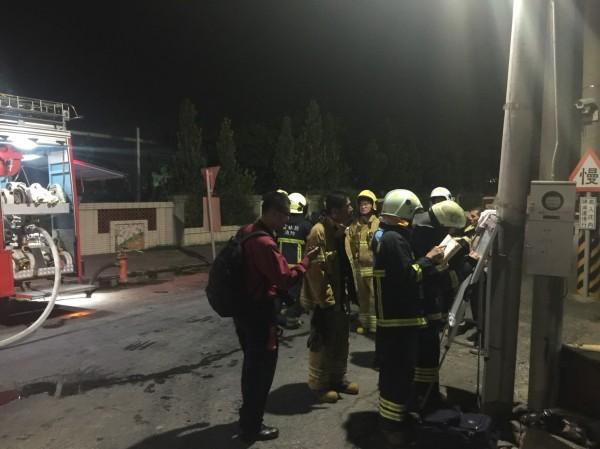北港好收國小前雲155線道路昨天深夜發生瓦斯外洩,相關單位前往現場處理及戒護。(北港鎮長張勝智提供)