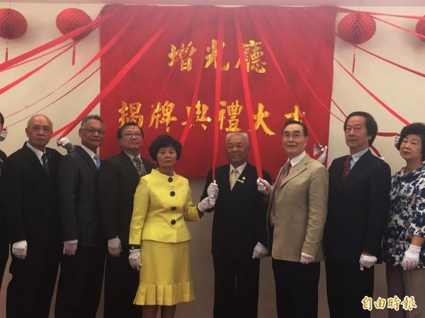 張伯光(右4)事業有成,回饋社會。(記者顏宏駿攝)