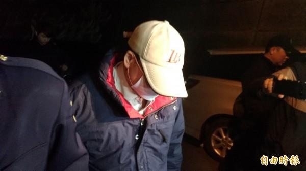 港女潘曉穎慘遭男友殺害棄屍,父母向檢警表示,希望能保留女兒全屍運回香港。圖為爸爸快步走入解剖中心。(資料照)