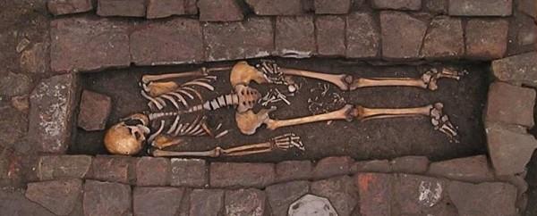 研究人員在婦人的骸骨雙腿內側發現胎兒骨頭,推斷是「墓中分娩」。(圖擷自《Science alert》)