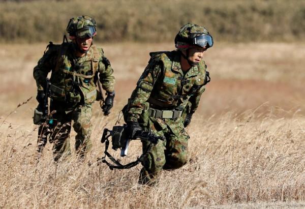 即便日本陸上自衛隊進行大規模編制改組,《共同社》分析指出,陸自仍面臨相當嚴峻的處境。(路透)