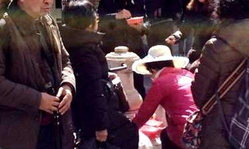 中國遊客到義大利威尼斯旅遊,竟直接在泉水池洗碗筷。(圖擷取自中新網)